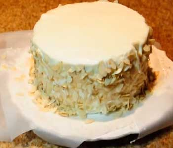 посыпаем бока торта зимняя вишня орехами