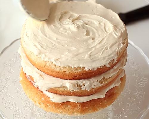 можно сделать торт из покупных бисквитных коржей со сметаной