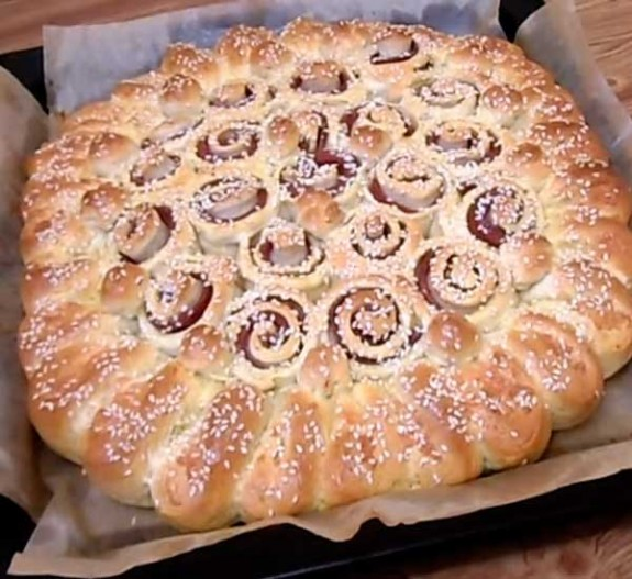 Как приготовить дрожжевой пирог с колбасой и сыром -рецепт с фото